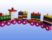 Игрушка поезд с тремя вагонами